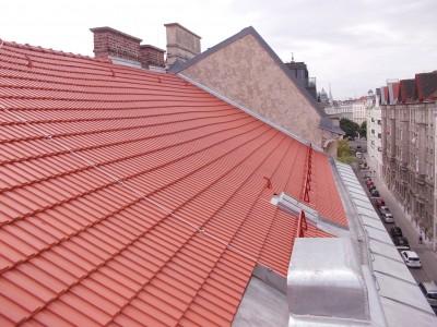 Neuherstellung der Dacheindeckung in TONDACH-Ziegel sowie neue Rheinzink Verblechungen (Wien 2016)