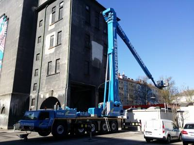 Reparaturarbeiten mit der größten Hebebühne Europas (Wien 2015)
